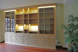 moderner Bücherschrank / Bibliothek in Maßanfertigung in Eiche massiv, mit 2 Schiebetüren, mit LED-Beleuchtung / Eichenmöbel und moderne Massivholzmöbel