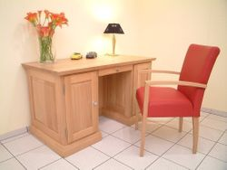 Schreibtisch Malta mit Buchnische bzw. Regal in der Rückseite, ein moderner massiver Schreibtisch in Eiche, Buche oder Kirschbaum vollmassiv
