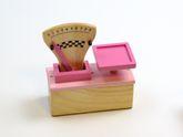 Pinke Kaufladen-Waage aus Holz mit beweglichem Gewichts-Zeiger + Skala von 0-9 (Lieferung ohne Obst) / Altersempfehlung: ab 4 Jahre