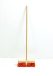 Kinder-Straßenbesen mit Holzstiel + Kunststoffborsten / Material: Buche / Farbe: natur + rot / Gesamtlänge: 70 cm / für Kinder ab 3 Jahren geeignet