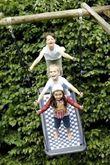 Große Mehrkindschaukel - Standard L / Farbe: weiß/rot/blau / montierbar an jedes Schaukelgerät oder im Haus an Betondecken oder Holzbalken / Maße: 136 x 66 x 15 cm / Gewicht: 7 kg