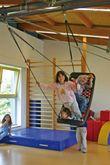 Kleine Mehrkindschaukel Education M / Farbe: silber/blau / montierbar an jedes Schaukelgerät oder im Haus an Betondecken oder Holzbalken / Maße: 109 x 53 x 12 cm / Gewicht: 6,5 kg