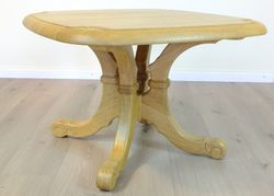 Couchtisch / Wohnzimmertisch / Sofatisch / Ecktisch / Eiche massiv, Modell Legden mit Holzplatte - Platte eckig und abgerundet, mit Schnitzerei gelaugt