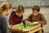 WeyKick Kubbolino 270 / Tischspiel/Miniausgabe des populären Kubb-Spiels für 2 SpielerInnen / Material: Holz / Spielfläche: 71 x 46 cm / 11 Spielfiguren + 3 Bälle