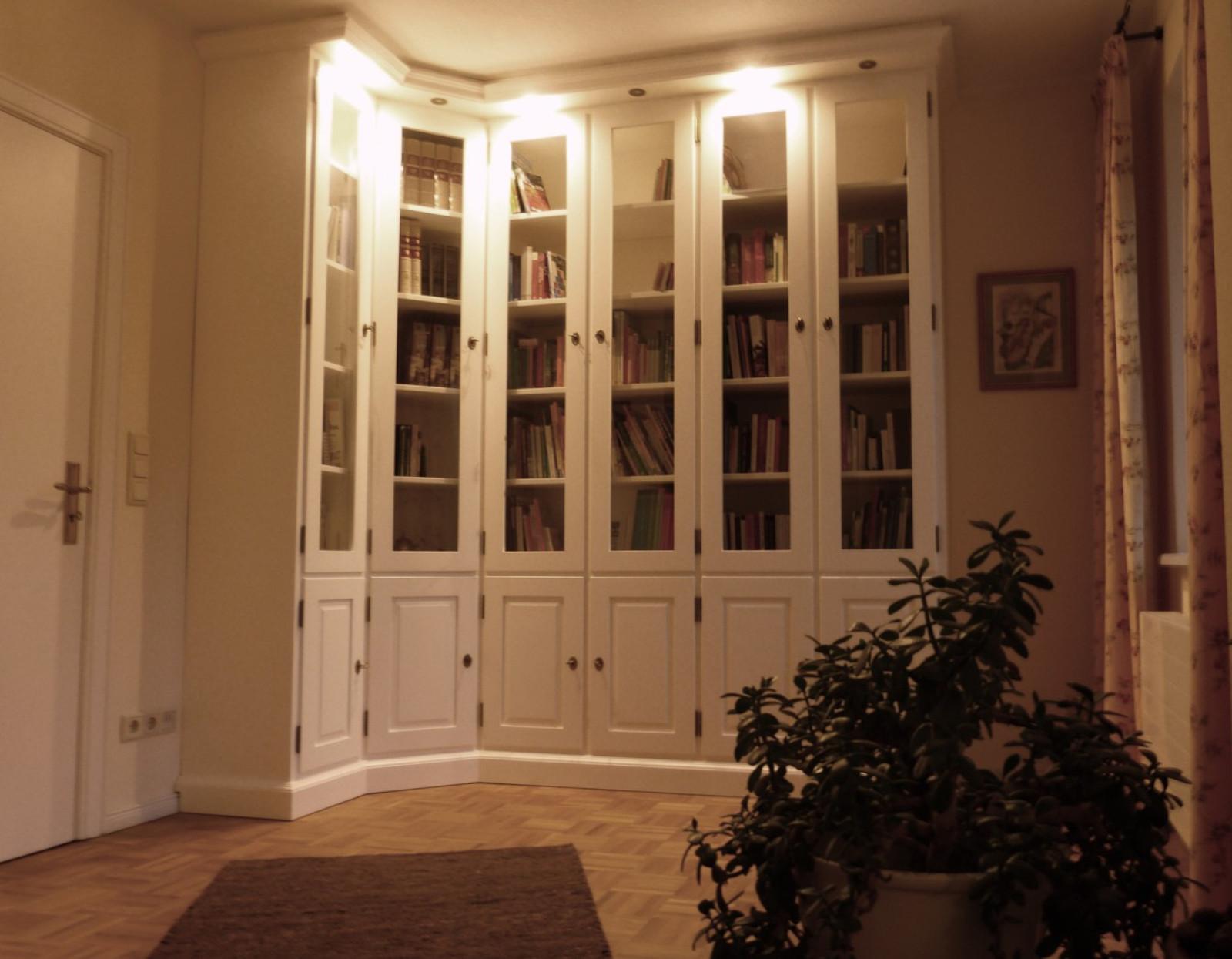 Bücherschrank / Bibliothek / Vitrine Maßanfertigung in Eiche vollmassiv deckenhoch, Farbe: Eiche weiß, Sonderanfertigung nach Kundenwünschen individuell hergestellt