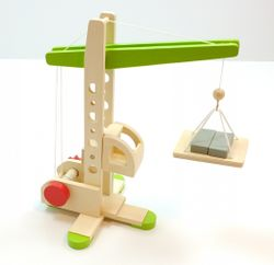 Kran / Baukran aus Birkenholz / höhenverstellbare Führerkabine, beweglicher Arm mit Haken + Hebepalette / Maße: 31 x 11,5 x 39 cm / für Kinder ab 3 Jahren