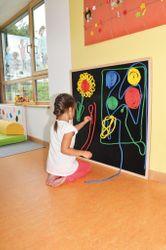 Klettboard / 100 x 100 cm / Material: Kunsststoff + Massivholzrahmen / Wandmontage wird empfohlen / inkl. Schnüre: 4 x 3 m + 8 x 1,5 m / für Kinder ab 3 Jahre