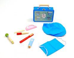 Zahnarzt Set / Doktor Set / Arzt Set / Dentist Set im praktischen Metall-Köfferchen mit Holzgriff / Material: Holz, Metall + Stoff / Maße des Koffers: 19,5 x 13 x 6,7 cm / für Kinder ab 3 Jahren