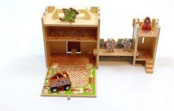 Spielkoffer Burg / Ritterburg/ aufklappbare Holzbox / Inhalt: 1 Burgfried, 1 Treppe, 2 Mauern, 1 Falltür, 1 Kanonenschleuder, 2 Ritter, 1 Prinzessin und 1 Drache / für Kinder ab 3 Jahren