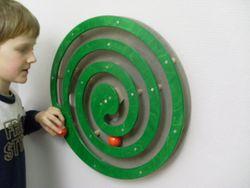 Wandspiel Kugelspirale grün / Drehspiel / Material: Holz / Durchmesser: 49 cm / Made in Germany / 3+