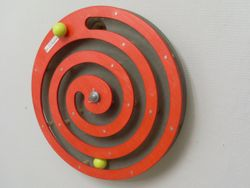 Wandspiel Kugelspirale rot / Drehspiel / Material: Holz / Durchmesser: 49 cm / Made in Germany / 3+