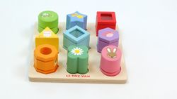 B-Ware / das grüne runde Element fehlt / Sensorische Formen / Spielbrett mit 9 verschiedenene Formen  / Material: Holz / Maße: 21 x 21 x 5,5 cm / für Kinder von 1 - 2 Jahren geeignet