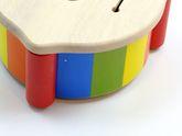 B-Ware / Die Farbe splittert an einigen Stellen ab / Kinder-Trommel in Regenbogenfarben mit Schläger / Material: Holz / Durchmesser ca. 19 cm / Höhe: 9,5 cm / für Kinder ab 2 Jahren