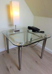 Couchtisch / Wohnzimmertisch / Sofatisch / Beistelltisch - Ecktisch vernickelt mit Glasplatte / Ausstellungsstück zum Sonderpreis 475,00 €