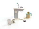 Kaffeemaschine mit 2 Kaffeepads, Kaffeekanne, Milch- und Zuckerpackung und drehbaren Schalter / Material: Holz / für Kinder ab 3 Jahren geeignet