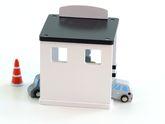 Tankstelle mit Zapfsäule und 2 Autos zum betanken, 1 Plyone / Material: Holz / Maße: ca. 14 x 12 x 16,5 cm / für Kinder ab 3 Jahren