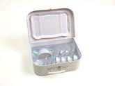 Tee-Set aus Metall im praktischen Koffer / Farbe: grau mit weißen Punkten / Koffer mit Griff und Metallverschluß / Maße des Koffers: 29 x 20 x 9,5 cm / für Kinder ab 3 Jahren