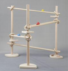 Kugelbahn / Material: Holz / mit 3 Türme (Standfüße) und 4 Rollbahnen / Farbe: natur mit bunten Kugeln / für Kinder ab 3 Jahren