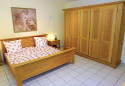 Schlafzimmer  Perigo  Eiche voll massiv im Landhausstil / Kleiderschrank 5-türig mit Doppelbett und 2 Nachtschränken
