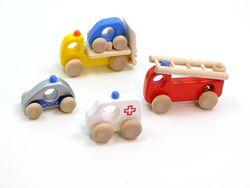 Notfallfahrzeuge / Set bestehend aus: Polizeiauto, Krankenwagen, Feuerwehr und Abschleppwagen / Material: Holz / mit je 4 Holzreifen / für Kinder ab 1 1/2 Jahren