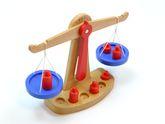 Klassische Waage aus Holz / mit 2 Waagschalen, 6 Gewichten, Gewichtsskala (Pfeil) / Größe: 28 x 9 x 21 cm / für Kinder ab 3 Jahren