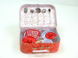 11-teiliges Koch-Set für Kinderküchen in kleinem Spielkoffer / 2 Töpfe, 1 Pfanne, Topflappen + 5 Kochhelfer / Farbe: rot / Material: Metall, Emaille, Stoff + Pappe / für Kinder ab 3 Jahren