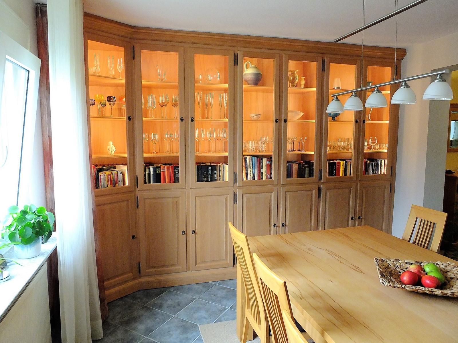 Bücherschrank / Wohnschrank / Wohnwand / Bibliothek / Vitrine / Maßanfertigung in Buche massiv / deckenhoch, und wandbündig eingebaut / Sonderanfertigung individuell hergestellt