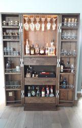 Barschrank mit Koffertüren und Innenbeleuchtung Eiche massiv - modernes Möbelstück für die Unterbringung diverser Flaschen, Gläser und anderer Bar-Artikel