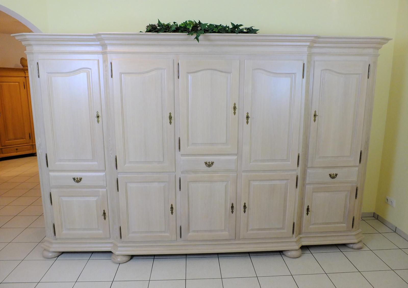 Gerona Schrank 5-türig / Wohnschrank mit Kleiderfach - Breite 320 cm Höhe 220 cm Eiche salin (weiß) gebeizt ,  Eiche vollmassiv - klassisches Möbelstück mit moderner Oberfläche
