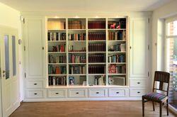 Bücherschrank / Bibliothek / Wohnwand Norden  Maßanfertigung in Eiche vollmassiv, Farbe: Eiche weiß, Sonderanfertigung nach Kundenwünschen individuell hergestellt