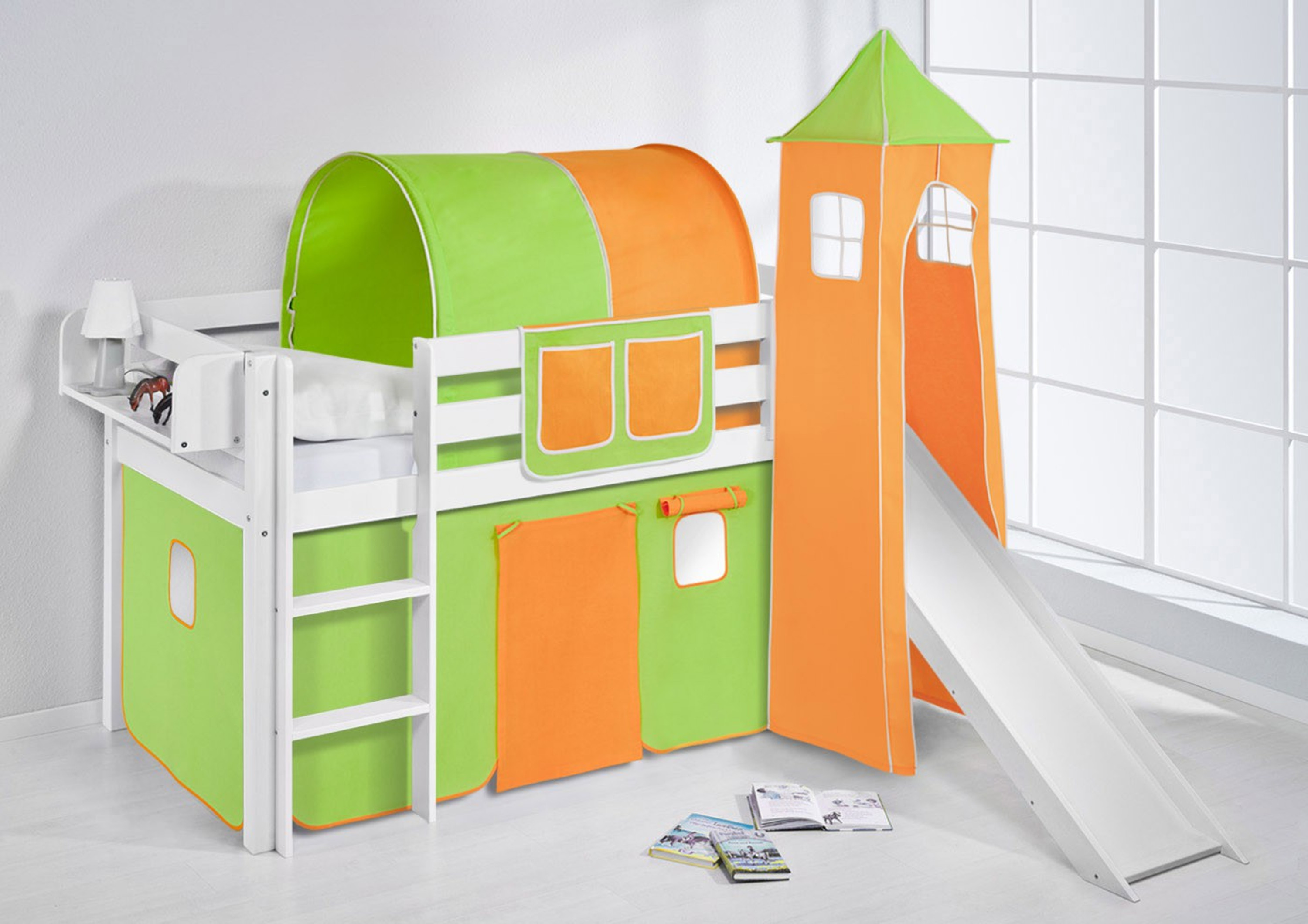 spielbett 90 x 190 cm gr n orange wei mit turm rutsche und vorhang jelle m bel baby. Black Bedroom Furniture Sets. Home Design Ideas