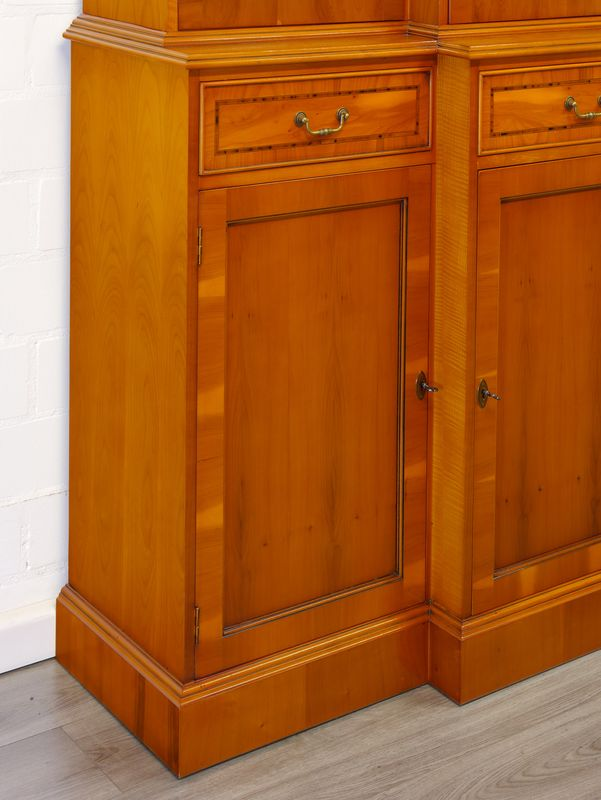 Vitrinenschrank Bücherschrank Buffetschrank Breakfront in Eibe im englischen Stil (6108) – Bild 8