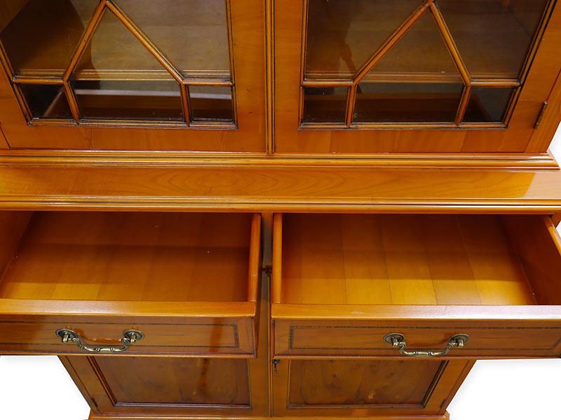 Vitrinenschrank Bücherschrank im englischen Stil aus Eibe furniert (6109) – Bild 4