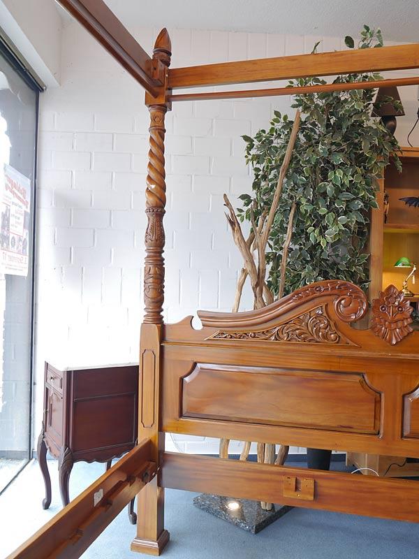 Himmelbett Bett Doppelbett Antik Stil Massivholz Nussbaum-Farbton hell (6159) – Bild 4