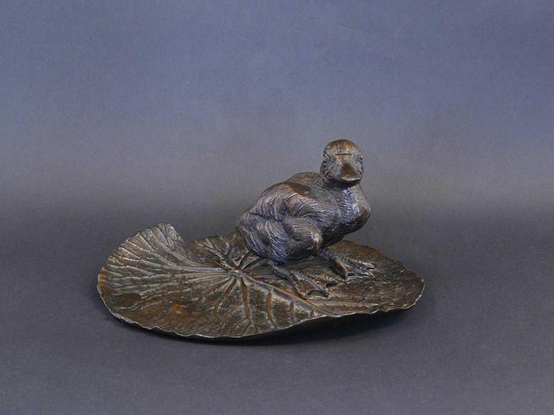 Bronze Figur Statue Ente steht auf einem Blatt 11x24x22,5 cm (8448) – Bild 1
