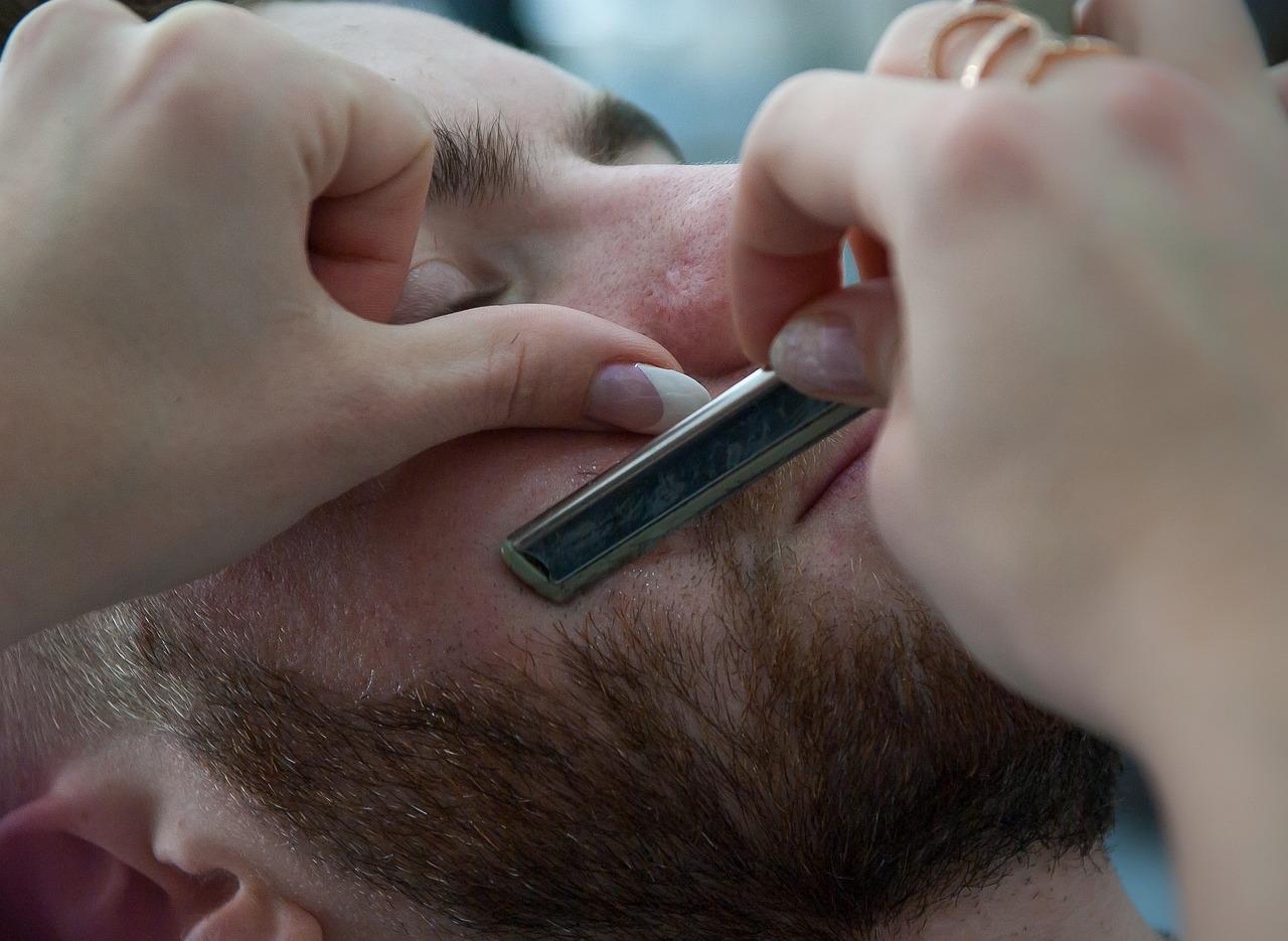 Mann bei der Rasur