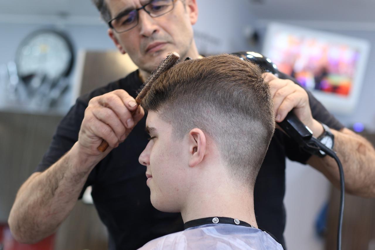 Mann bei der Frisur