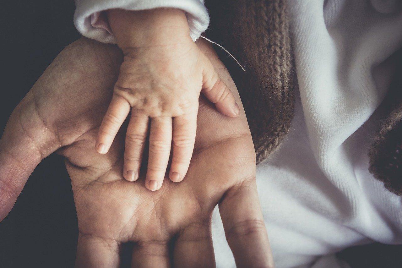 Babyhand in Männerhand