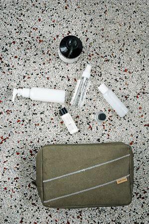 Mittelgroßer Kulturbeutel 'Mid Stay' aus waschbarem Papier, Farbe: Grün – Bild 2