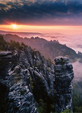 Vlies Fototapete Sonnenaufgang auf den Felsen 184x254cm