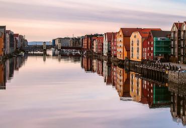 Papier Fototapete Bunte Häuser am Fluss Norwegen 368x254cm – Bild 3
