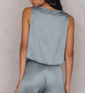 NA-KD x Hanna Licious Top glänzendes Damen Shirt mit V-Ausschnitt Hellblau – Bild 4