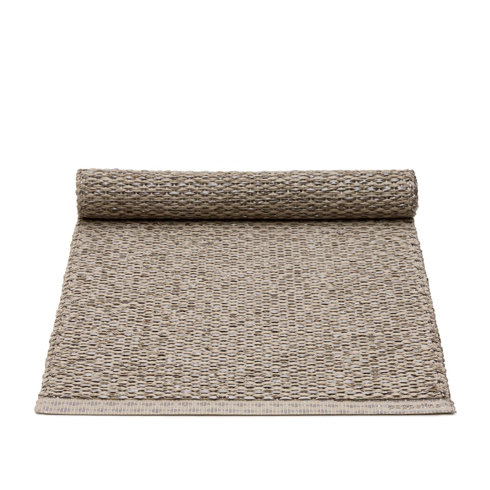 pappelina Tischläufer SVEA Mud Metallic/Mud in verschiedenen Größen