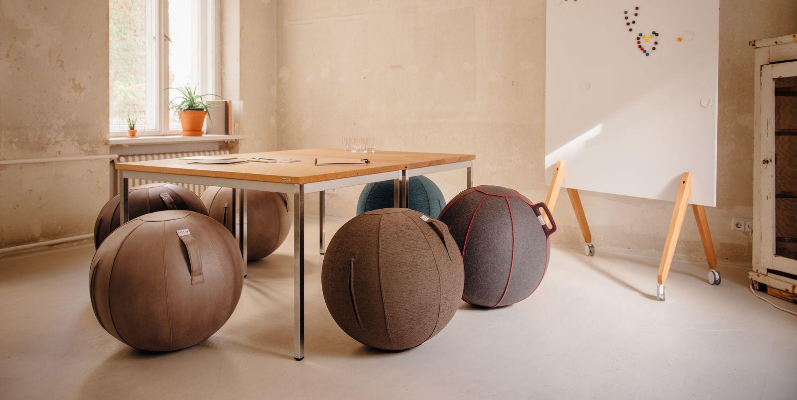 VLUV VEEL Sitzball mit Bezug Kunstleder Cognac in zwei Größen
