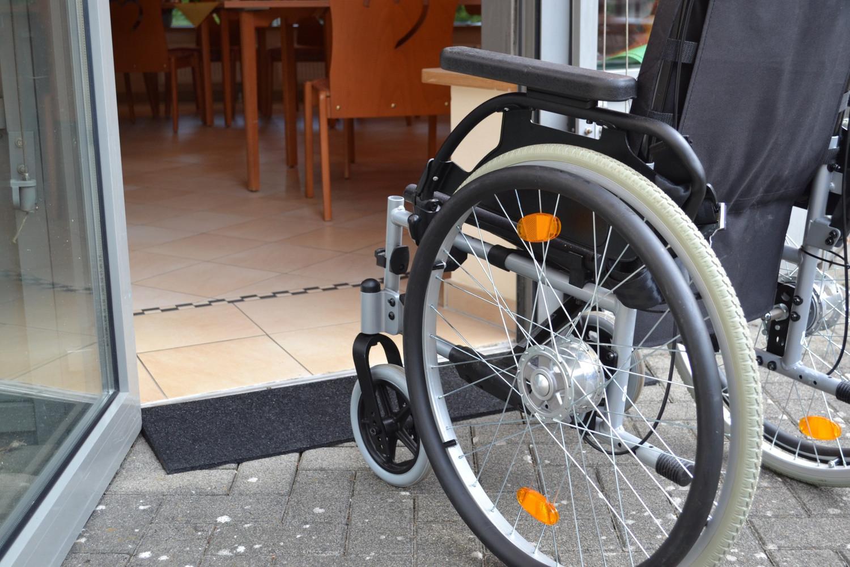 Türschwelle überfahren mit Hilfe von Rollstuhlrampe