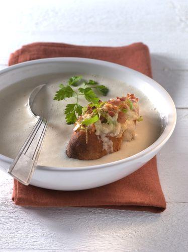 Weiße Bohnensuppe mit Speck-Lauchcroûtons