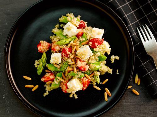 Quinoa-Spargel Salat mit Erdbeeren und Feta