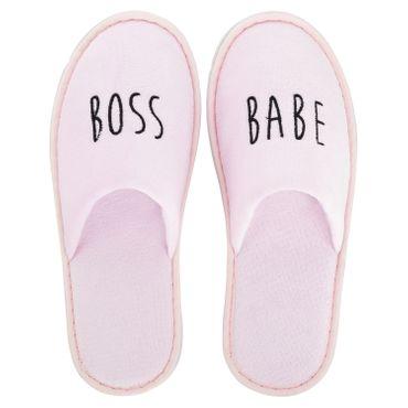 Wellness-Slipper geschlossen mit schwarzer boss babe Bestickung in rosa – Bild 1