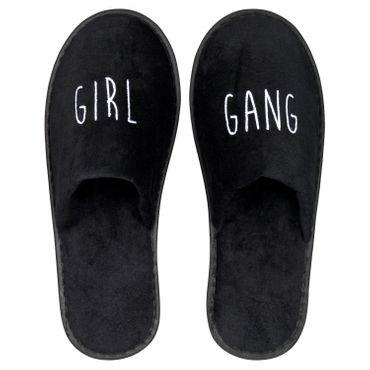 Wellness-Slipper geschlossen mit weißer GIRL GANG Bestickung in schwarz – Bild 1