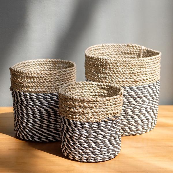 Körbe schwarz-weiß aus Seegras verschiedene Größen